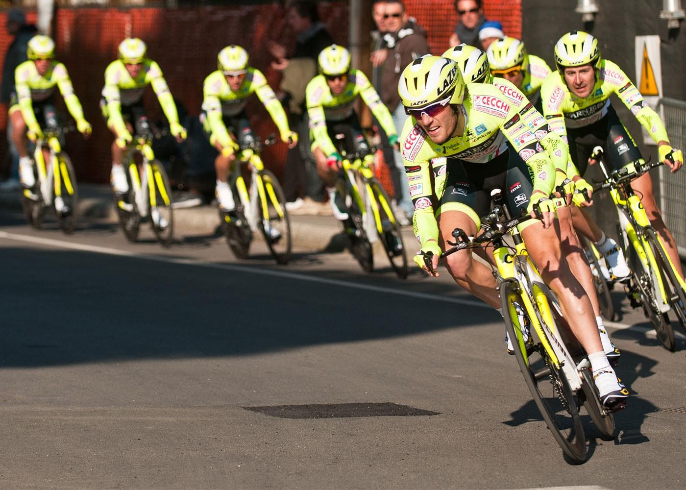 In Kurven stehen beispielsweise bei Radrennen