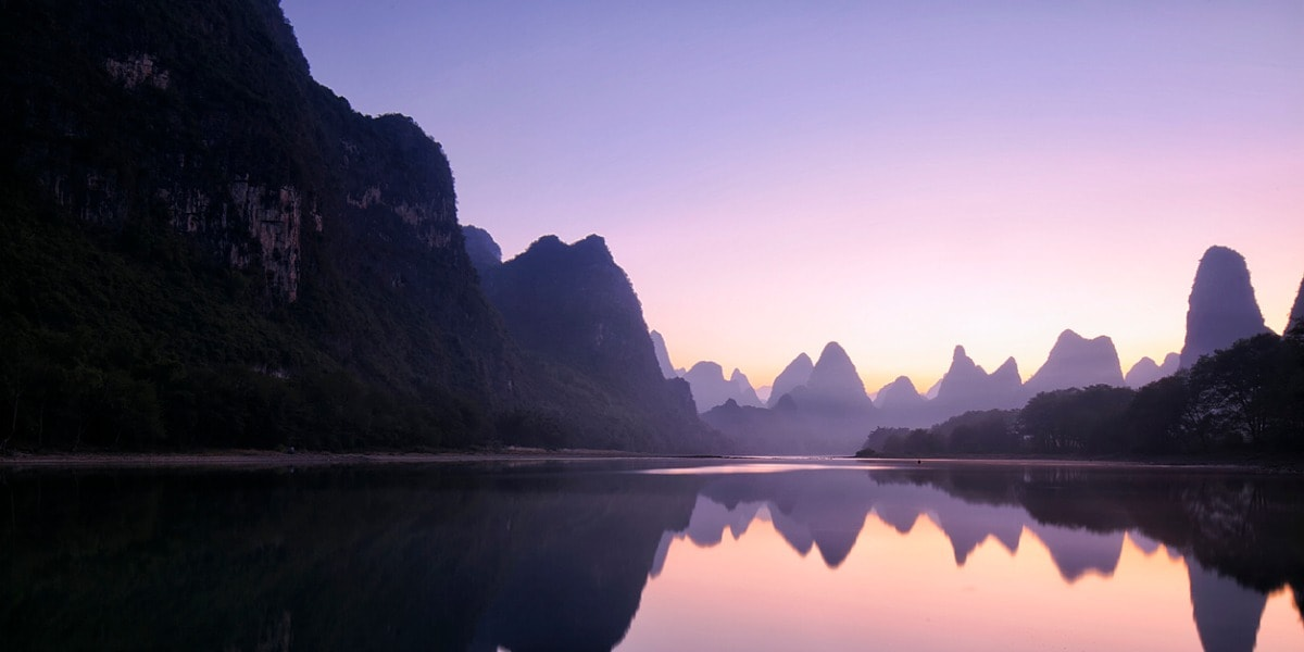 mountain-reflections-at-dawn-guilin-china-picture-id690742666