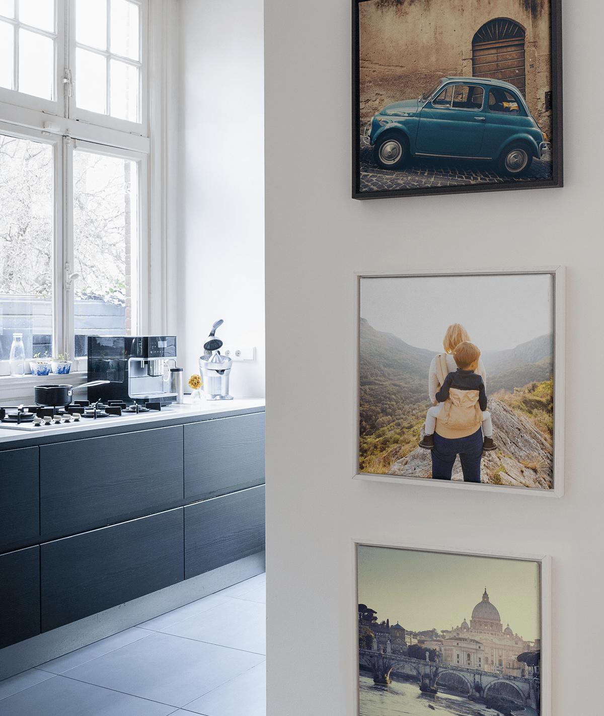 so gestaltest du eine fotowand und verleihst deinem. Black Bedroom Furniture Sets. Home Design Ideas